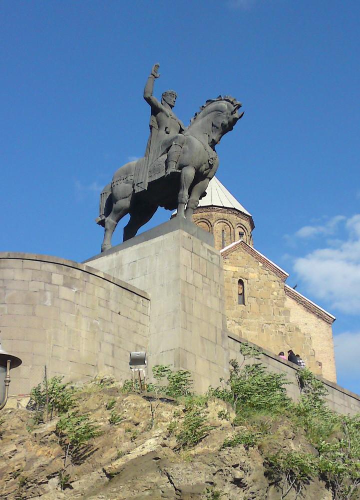 Tbilisi staat vol met pompeuze standbeelden
