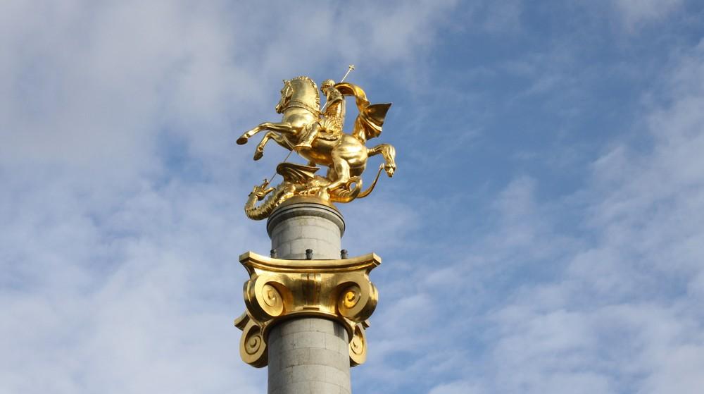 Het gouden standbeeld van Georg die de draak verslaat in Tbilisi