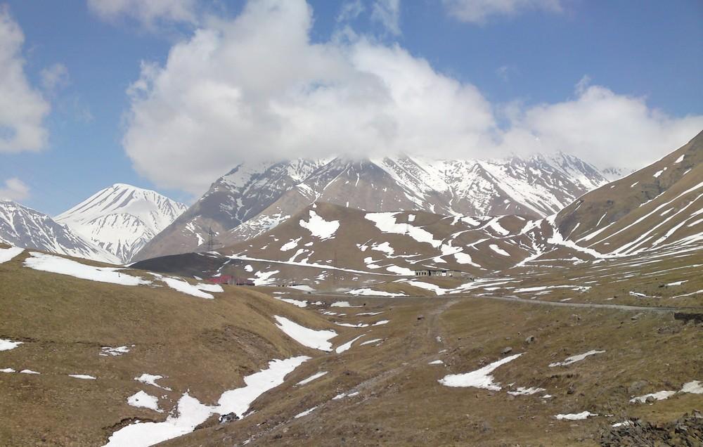 De bergen van Kazbegi in het noorden