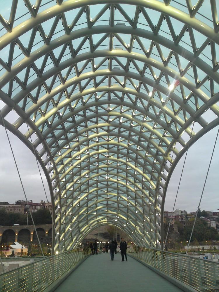 De moderne brug in Tbilisi