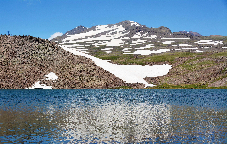 De Aragatstoppen, nog 1000 m boven het steenmeer, Armenië  (foto B. Wouda)