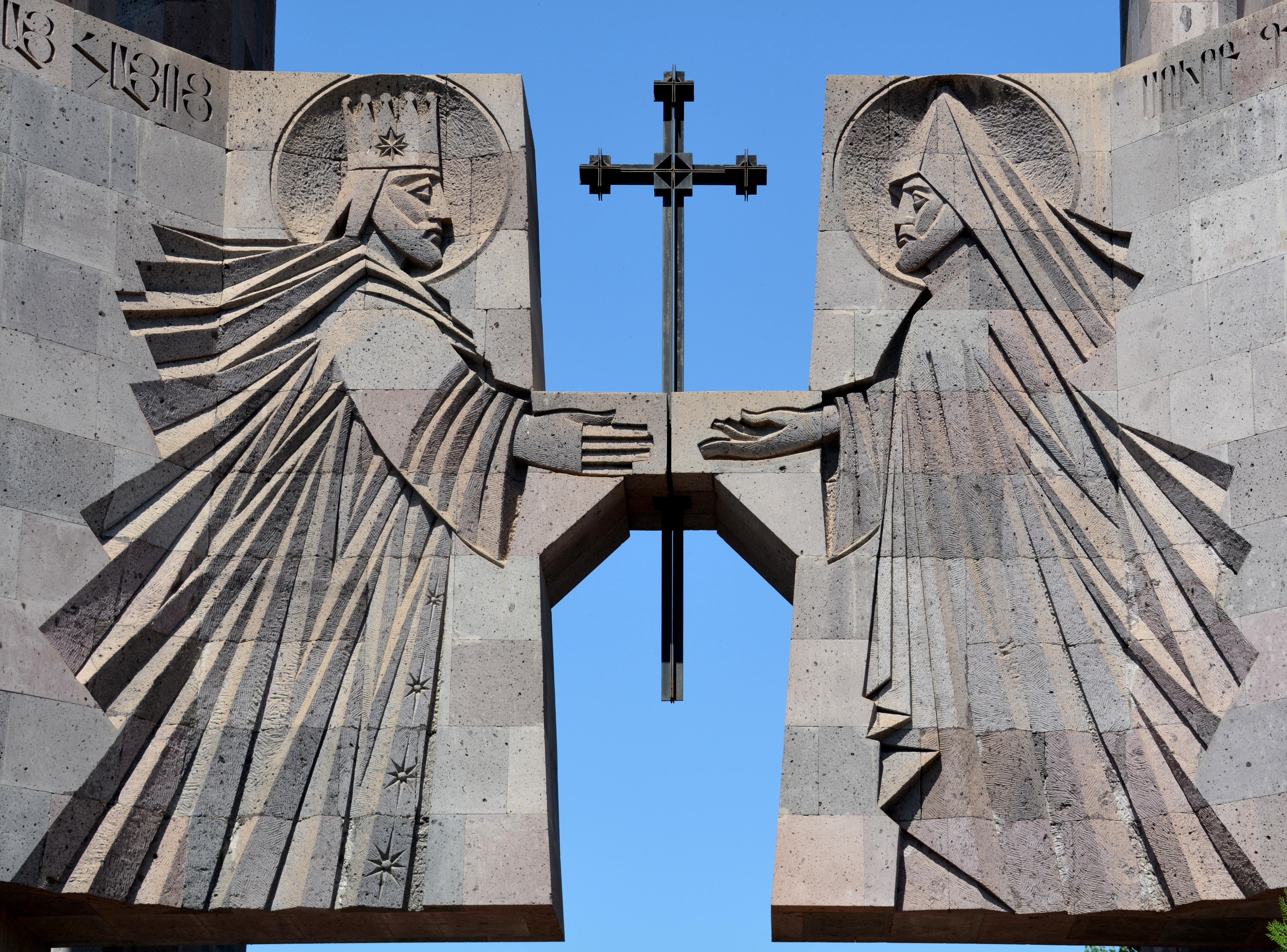 Toegangspoort kathedraalgebied,  Armenië (foto B. Wouda)